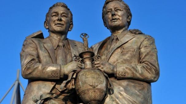 Clough y Taylor, estatua.jpg