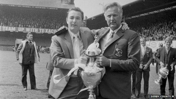 Taylor y Clough con trofeo.jpg
